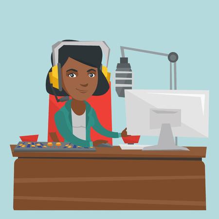 Jonge Afro-Amerikaanse radiopresentator die voor microfoon, computer werkt en console mengt bij radiostudio. Radiogastheer in hoofdtelefoon die bij radiostudio werkt. Vector cartoon illustratie. Vierkante lay-out