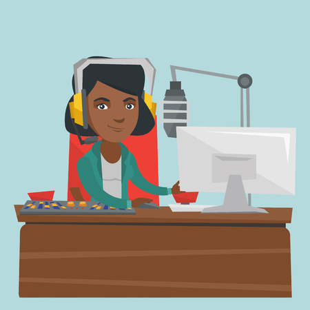 若いアフリカ系アメリカ人のラジオホストは、ラジオスタジオでマイク、コンピュータ、ミキシングコンソールの前で働いています。ラジオスタジオで働くヘッドセットのラジオホスト。ベクトル漫画イラスト。正方形のレイアウト