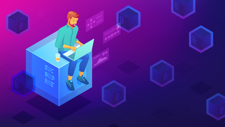 Concetto di sviluppo della tecnologia blockchain isometrica. Sviluppatore blockchain seduto sul blocco minerario e codifica l'applicazione del contratto intelligente. Illustrazione isometrica di vettore 3D su sfondo ultravioletto. Vettoriali
