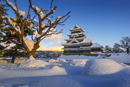 冬には、日本の松本城 報道画像