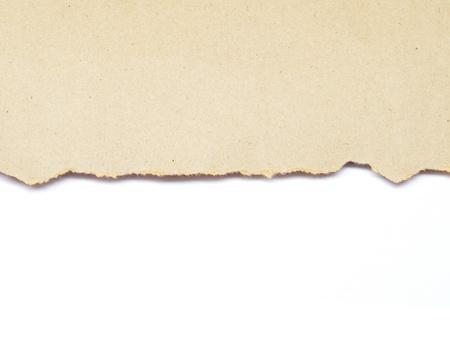 paper craft: rasgado de papel marrón reciclado aislado en el fondo blanco