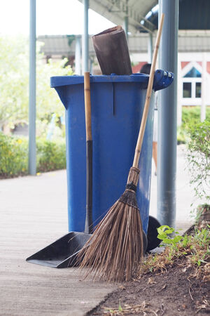 broom handle: escoba, recogedor y cubo de basura azul