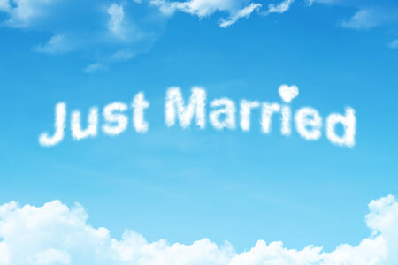 recien casados: Just married - blanco Palabra nube en el cielo azul