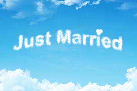 recien casados: Just married - blanco Palabra nube en el cielo azul