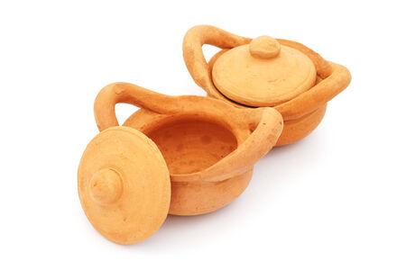 ollas de barro: ollas de barro juguete con tapa en el fondo blanco Foto de archivo