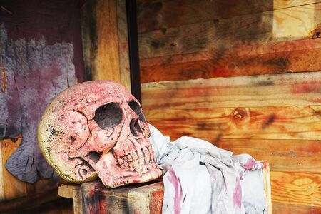 dientes sucios: cráneo y trapo sucio en caja de madera, fondo de halloween