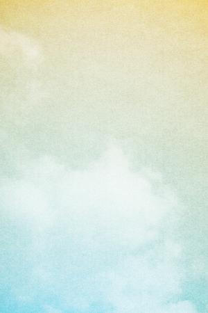 그런 지 종이 텍스처와 환상적인 부드러운 구름과 하늘 추상적 인 배경
