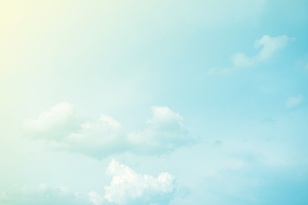 fondos azules: cielo de nubes y resumen de antecedentes con degradado de color pastel Foto de archivo