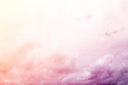 cielo: fant�stica nube borrosa y el cielo de gradiente de color, fondo de naturaleza abstracta Foto de archivo