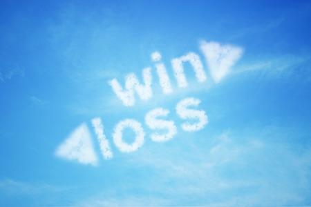 Gewinnen Verlust Wolke Text auf mit Pfeil blauer Himmel, Business-Konzept Standard-Bild - 55983362