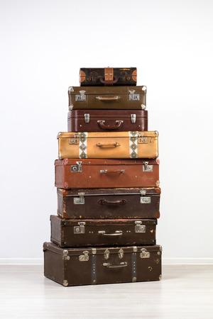 maleta: Un gran n�mero de maletas antiguas. Maletas viejas apiladas en el interior. Foto de archivo