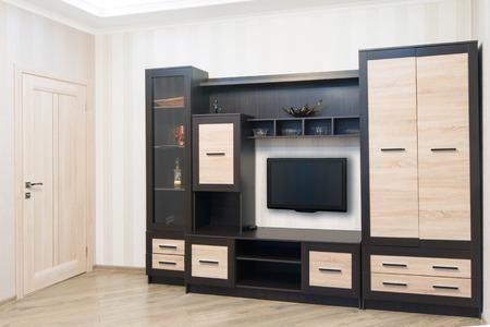 muebles de madera: Amplia habitación con muebles, un amplio armario y TV. Estilo Moderno