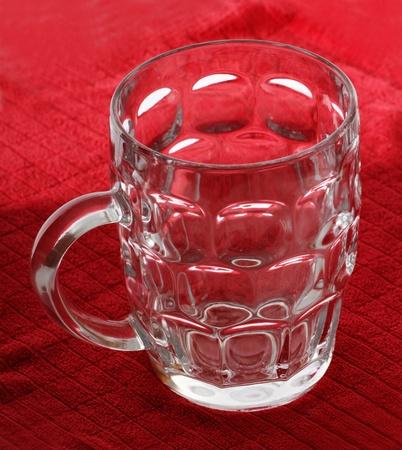 Serviette: Vaso de cerveza en una servilleta rojo.