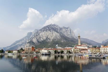 Reflatie van stad Lecco in het meerwater van Como. Stockfoto