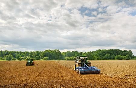 Land werk voor twee tractoren. Stockfoto