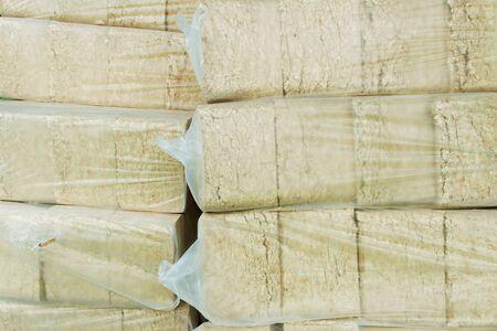 holzbriketts: Verpackung von W�rme Briketts in einem Stapel.