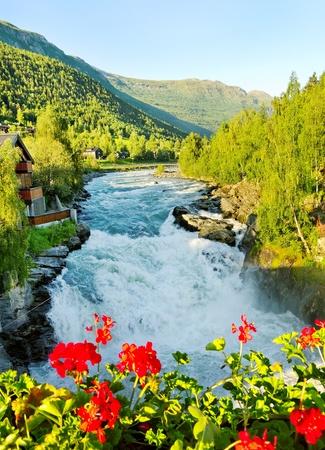 cascades: Mattina sopra Bovra fiume in Norvegia. Archivio Fotografico