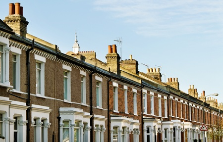hilera: Casas en el Londres con chimneis. Foto de archivo