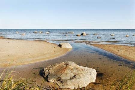 Stenen in de Baltische zeewater.