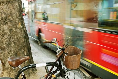 Fiets en bus op een Londo straat.