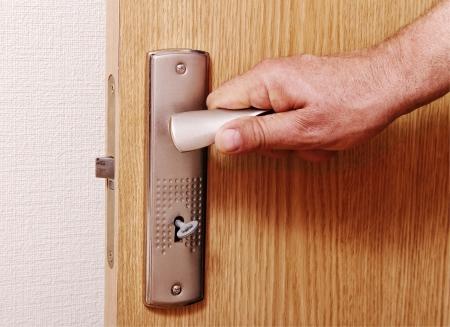 Man opent de deur Stockfoto - 14926420