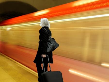 Femme avec des sacs dans le métro Banque d'images - 15076099