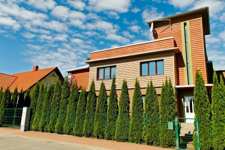 Maison individuelle avec thuyas clôture Banque d'images - 20945446