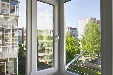 Gerepareerd balkon in meerdere verdiepingen huis, comfortabel plastic venster Stockfoto