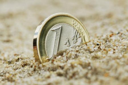 dinero euros: Un euro crece en la arena Foto de archivo