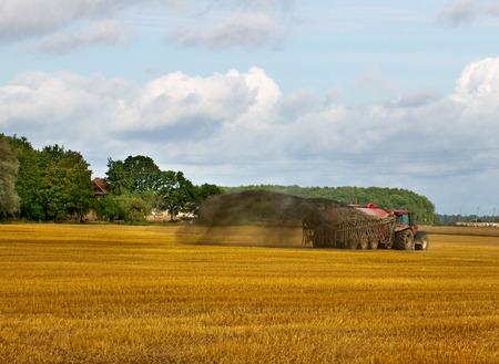 Tractor met vloeibare mest op het veld.