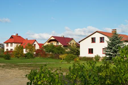 Maisons individuelles dans la petite ville. Banque d'images - 32262743
