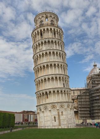 De scheve toren van Pisa in Italië.