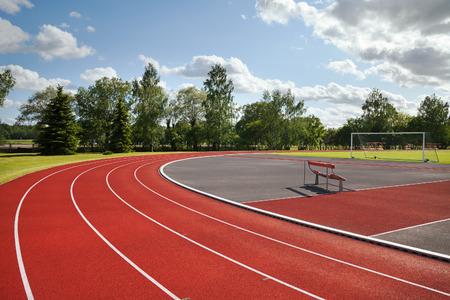 pista de atletismo: Ejecución de las pistas del estadio de atletismo. Foto de archivo