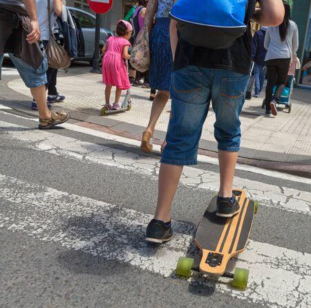 paso de cebra: Grupo de personas en el cruce de peatones.