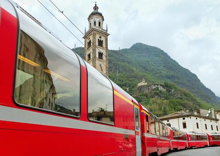 treno espresso: Bernina Express treno in arrivo a Tirano Italia.