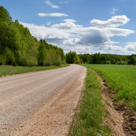 Natuurlijke grintweg in platteland. Stockfoto