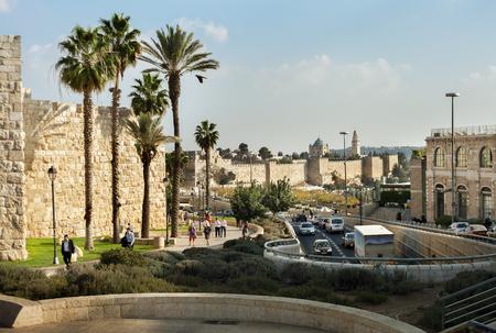 イスラエル、エルサレム-10 月30日: エルサレムは、世界最古の都市の一つです。2016 10 月30日に旧市街の壁にエルサレムの通りに人々.