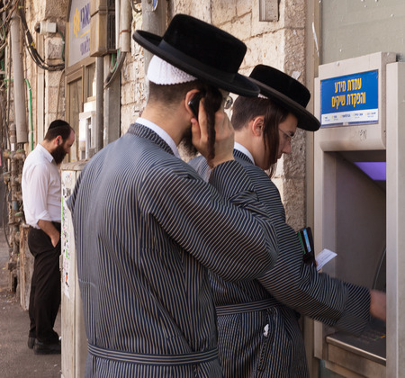 bankomat: ISRAEL, JERUSALEM - OCTOBER 30: Jerusalem is one of the oldest cities in the world. People on the street of Jerusalem at the bankomat on 30 October 2016.