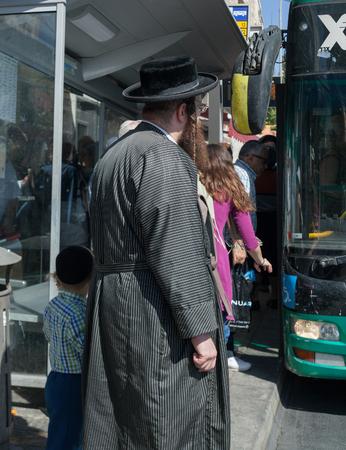 イスラエル、エルサレム - 10 月 30 日: エルサレムは世界で最古の都市の一つです。2016 年 10 月 30 日にエルサレムの通り、バスに乗客を得る。