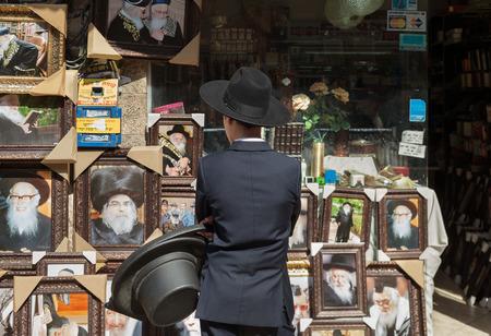 Israël, Jérusalem - 30 octobre: Jérusalem est l'une des plus anciennes villes du monde. Le garçon à la boutique juive avec la boîte à chapeaux dans la rue de Jérusalem le 30 octobre 2016. Éditoriale