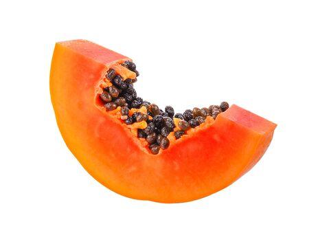 metà della frutta matura della papaia con i semi isolati su fondo bianco.