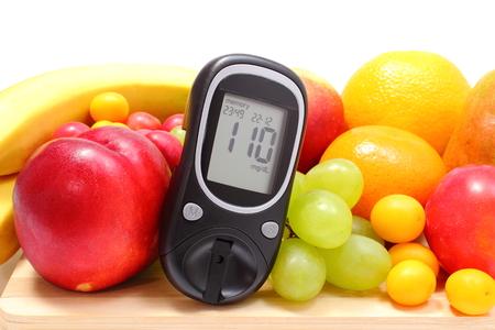 Zuckermessgerät und frische reife Früchte auf Holzbrett liegend, Konzept für gesunde Ernährung und Diabetes Isoliert auf weißem Hintergrund Standard-Bild - 30929002