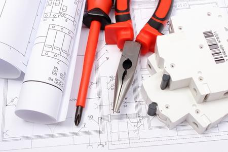 elektrizit u00e4t: Gerollt Schaltpläne, elektrische Sicherung und Arbeitswerkzeuge auf Konstruktionszeichnung des Hauses liegen, Zeichnungen für die Projekte Ingenieur Jobs Lizenzfreie Bilder