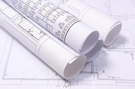 Rolled Schaltpläne auf Konstruktionszeichnung des Hauses liegen, Zeichnungen für die Projekte engineer Standard-Bild - 31824800