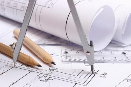 Rolled Schaltpläne und Zubehör für die Zeichnung auf Konstruktionszeichnung des Hauses, Zeichnungen und Zubehör für die Projekte engineer liegend Standard-Bild - 33344116