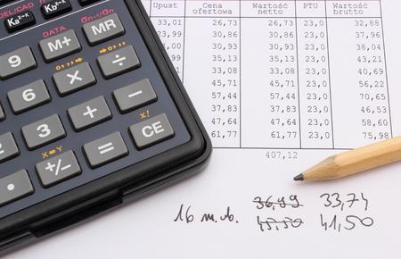 hoja de calculo: Primer plano de un l�piz y calculadora en la hoja de c�lculo Foto de archivo