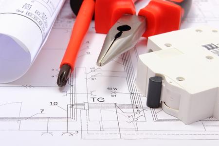 electricidad: Diagramas laminados el�ctricos, fusibles el�ctricos y herramientas de trabajo que mienten en el plano de construcci�n de la casa, dibujos para los puestos de trabajo de proyectos de ingenier�a Foto de archivo