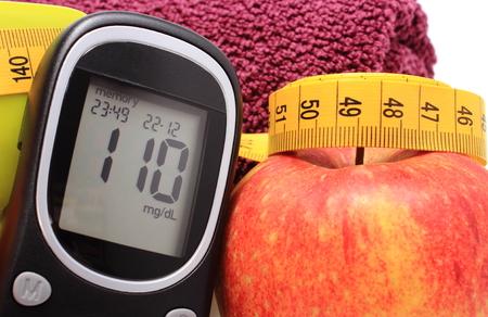 diabetes: Gluc�metro, manzana fresca y la cinta m�trica, el concepto de la diabetes, estilo de vida y nutrici�n saludable