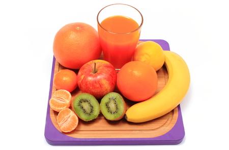 inmunidad: Frutas naturales frescas maduras y vaso de jugo a bordo, manzana, pomelo, pl�tano, lim�n, naranja, kiwi, el concepto de corte para la alimentaci�n sana y el fortalecimiento de la inmunidad