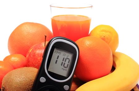 inmunidad: Medidor de glucosa, frutas naturales frescas maduras y vaso de jugo, el concepto de la diabetes, la nutrici�n saludable y el fortalecimiento de la inmunidad